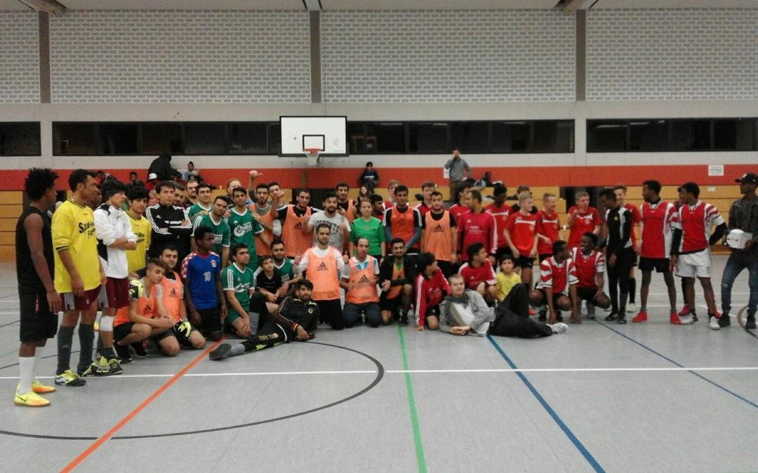 Hobby-Fussballturnier mit Flüchtlingen in der Großsporthalle